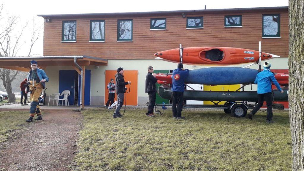 Aufladen der Boote in Leisnig am Bootshaus. Einige Sportfreunde sind schon am Donnerstag angereist