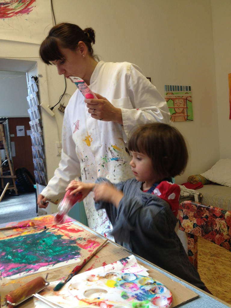 Mutter und Tochter malen gemeinsam