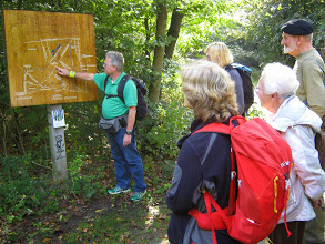 August 2014 bei Sigurd Haarstarks Suchspiel im Stadtwald. Der Schäfersteinpfad wird vorgestellt.