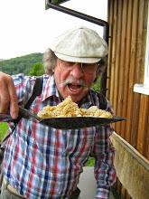 Mai 2014, unser leider verstorbener lieber Wanderkamerad Werner Kaiser beim Schabernack am Bienenstand