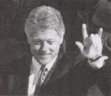 Bill Clinton fait le signe cornu