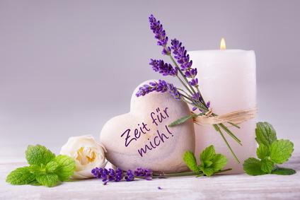 brennende Kerze, Herz mit der Aufschrift Zeit für mich, Lavendel, Minze