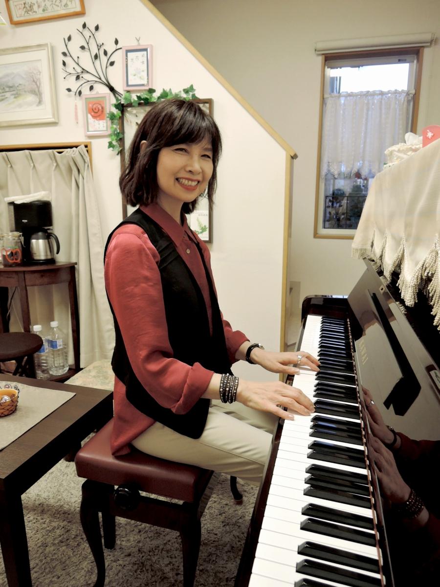 趣味のピアノを奏でるT様