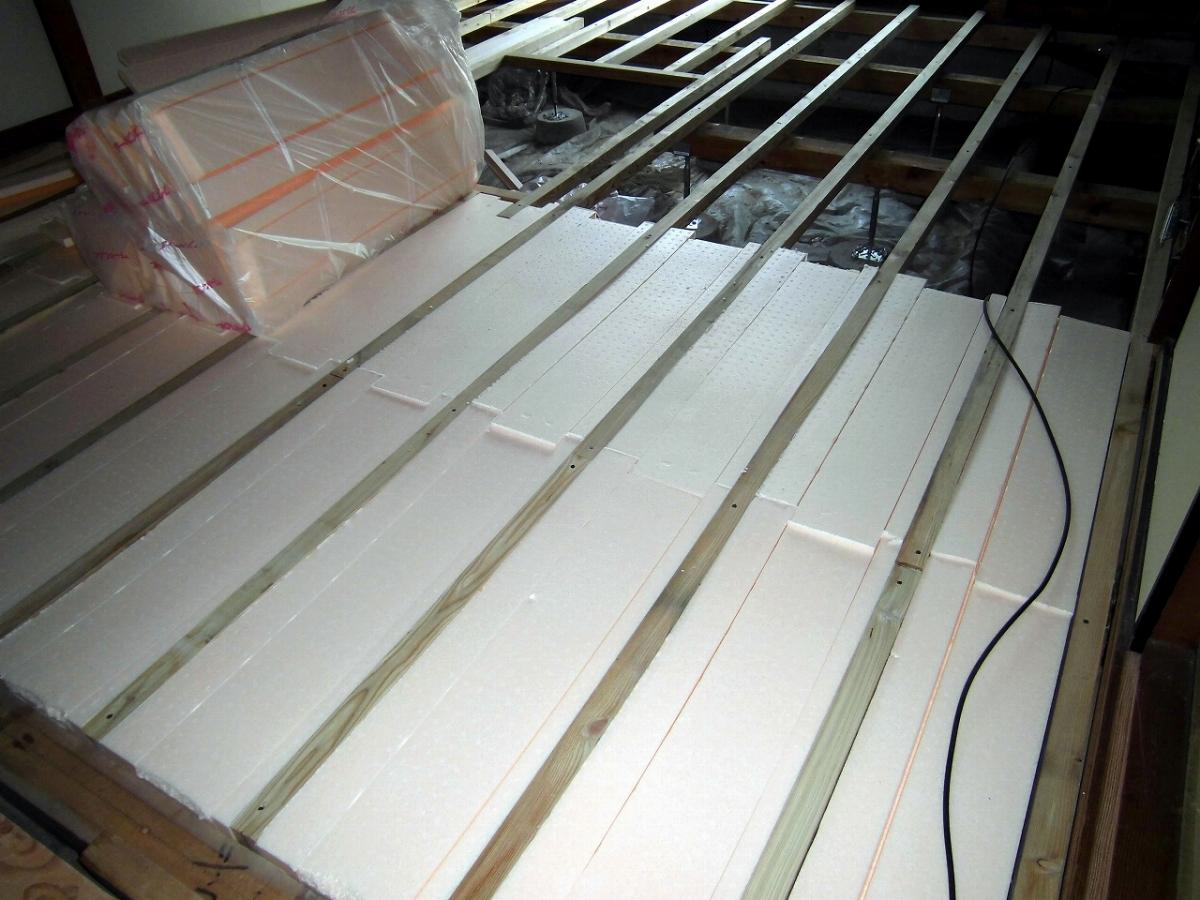 施工中 床断熱材敷き詰め