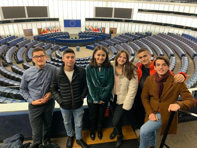 Die kosovarische Gruppe im Plenarsaal des Europaparlaments