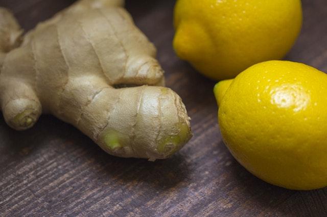 Ätherische Öle von Zitrone und Ingwer können in der Schwangerschaft bei Schwangerschaftsübelkeit helfen