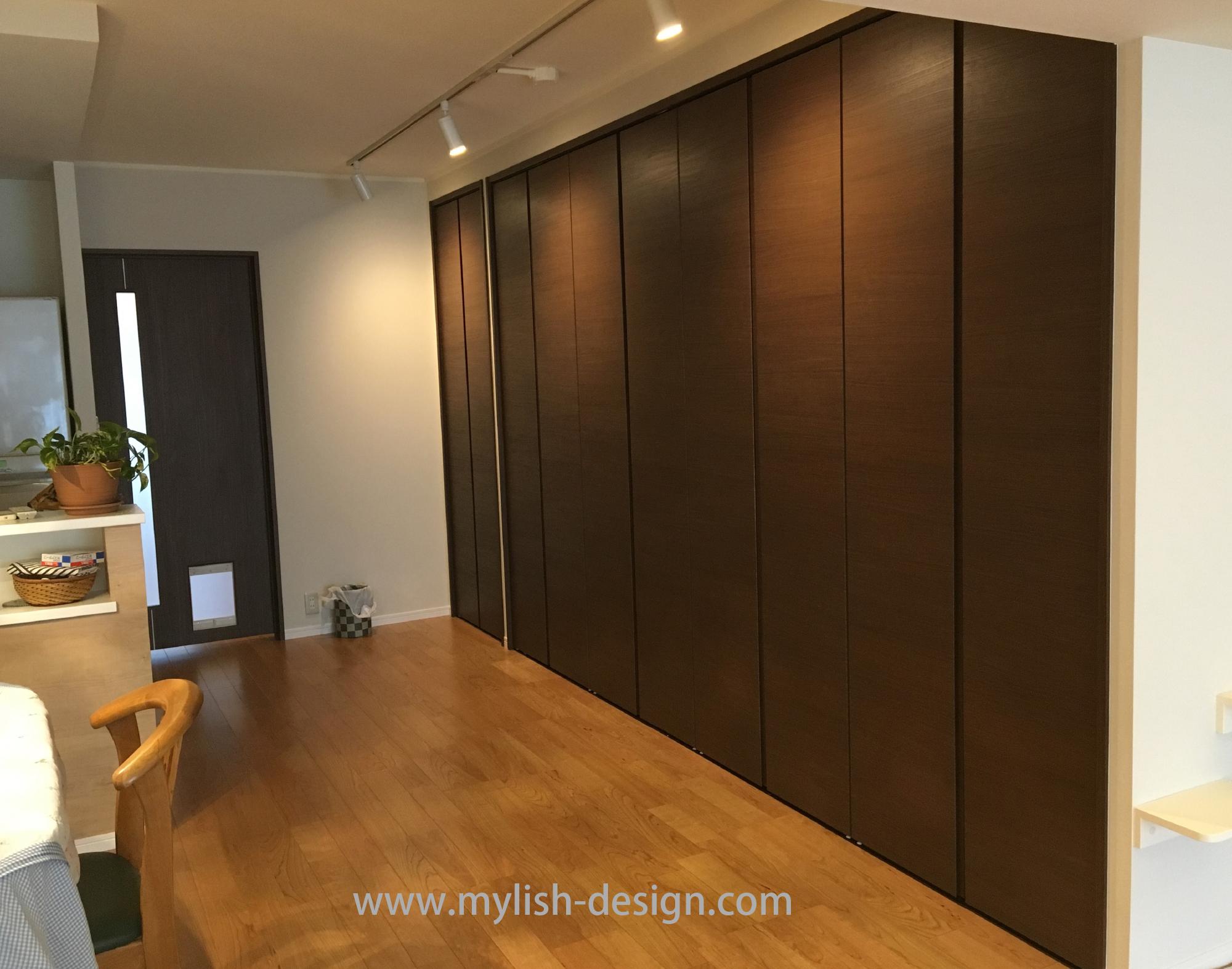 壁面はクローゼット収納に。奥行きを85cmにして布団なども収納できるように。