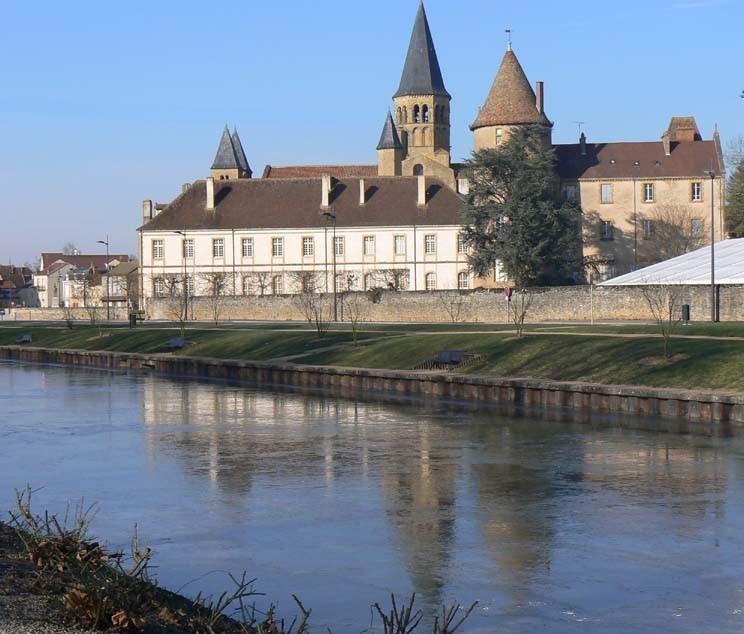 La Basilique se reflète dans les eaux gelées de la Bourbince