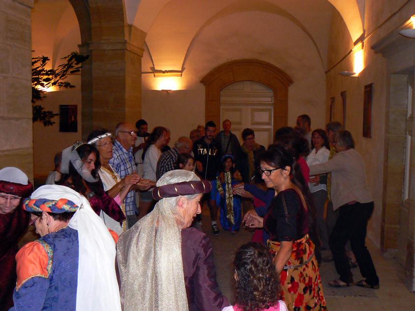 Quelques pas de danses traditionnelles au cloître