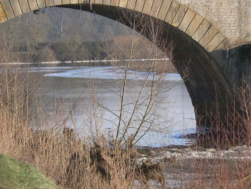 Sous les arches du pont acqueduc, coule la Loire ...