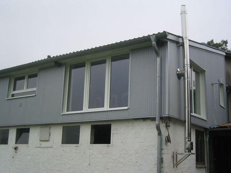 Anbau Fassadenbekleidung mit Sinuswelle silbergrau
