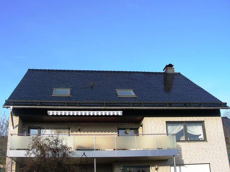 Wohnhaus mit schwarz glasierten Bieberschwänzen Format B