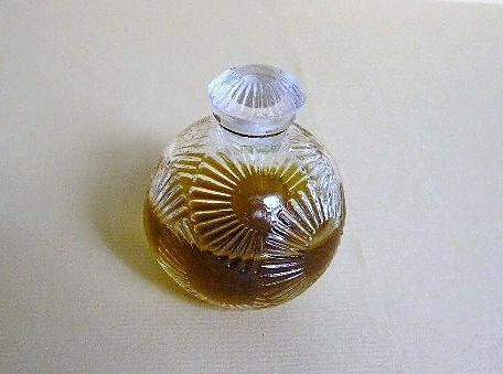 FLACON BOULE EN VERRE CREE PAR ROBERT LALIQUE POUR DIFFERENTS PARFUMEURS, DONT D'ORSAY, ARYS.