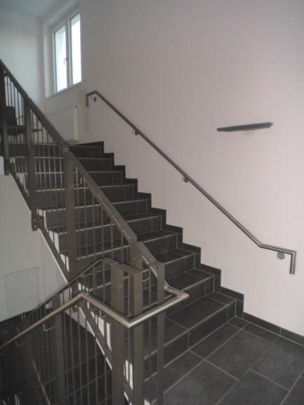(16.02.2016) Treppenhaus 1: Die Arbeiten sind fertig gestellt. Nacharbeiten des Gewerks Maler laufen.