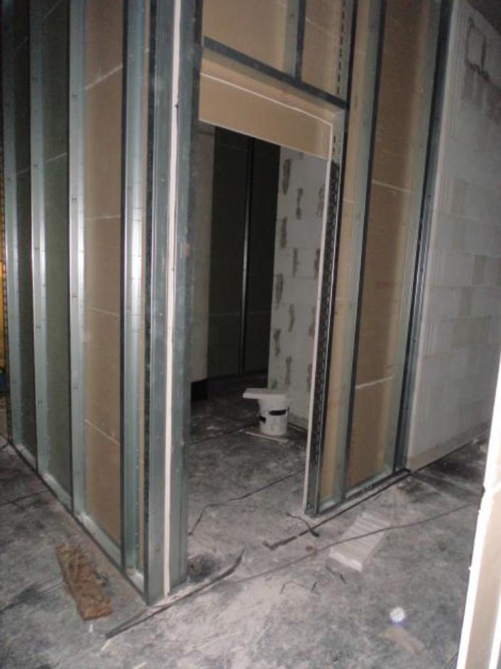 (06.10.2015) Die Abklebung der Sohlplatte nach DIN 18195 ist erfolgt. Die Trockenbauwände sind einseitig beplankt.