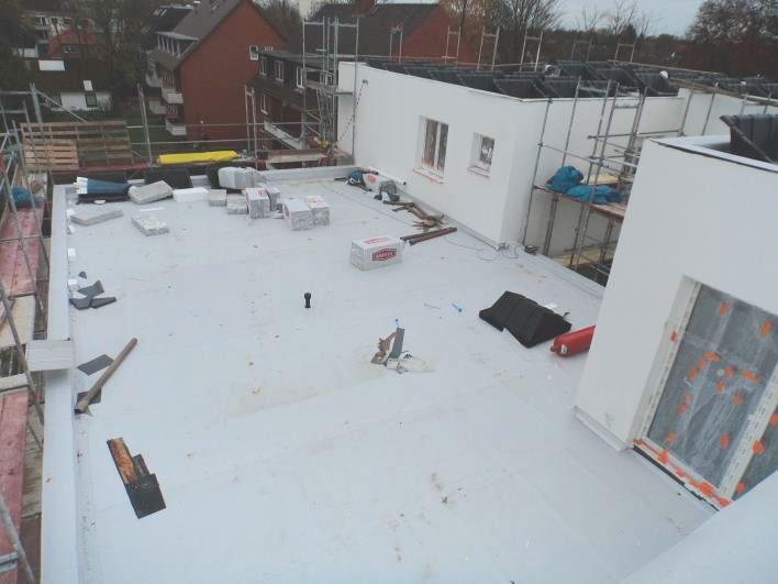 (10.11.2015) Dach: Die PVC-Bahnen sind verlegt.