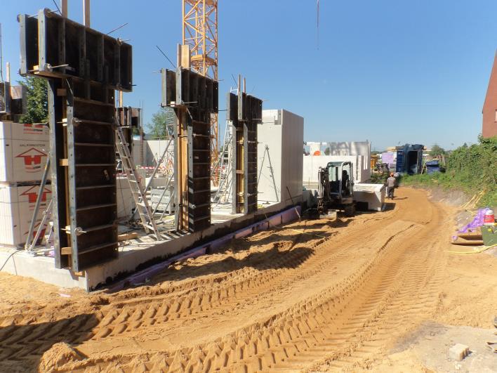 (07.07.2015) Die Baugrube wird verfüllt.