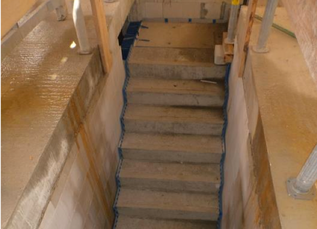 (21.07.2015) Die Treppen zum EG sind eingebaut.