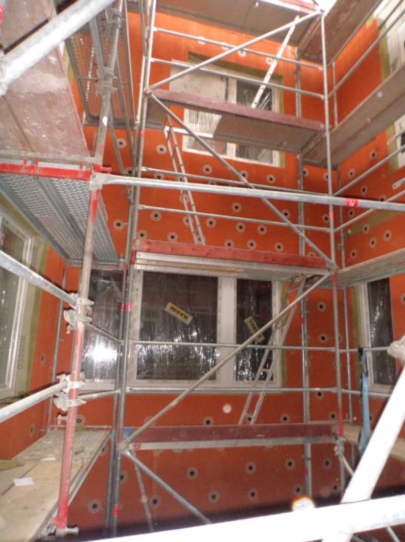 (06.10.2015) Im Innenhof ist die Dämmung montiert.