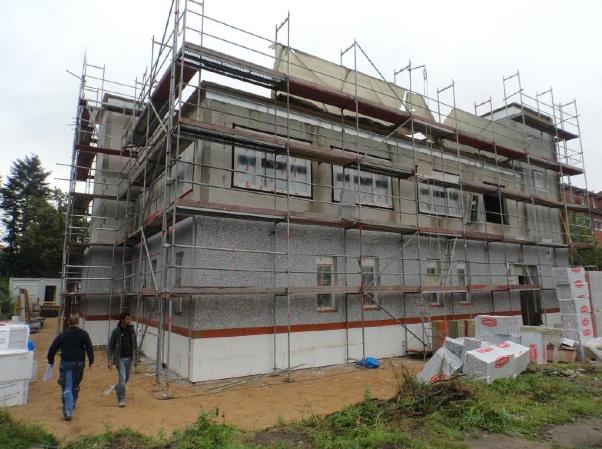 (22.09.2015) Mit den Dämmarbeiten an der Fassade ist begonnen.