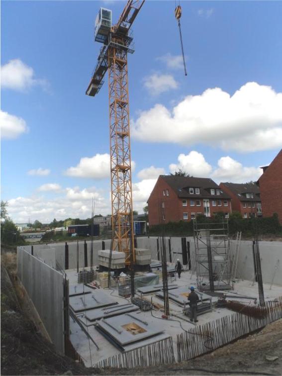 (Di, 9. Juni 2015) Der Baukran ist aufgebaut.