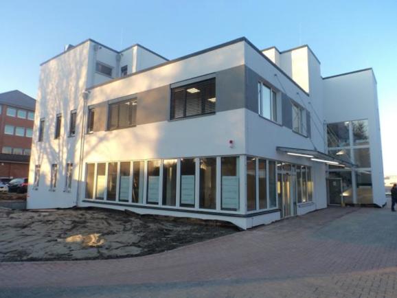 (16.02.2016) Außenbereich: Die Fassade ist fertig gestellt.
