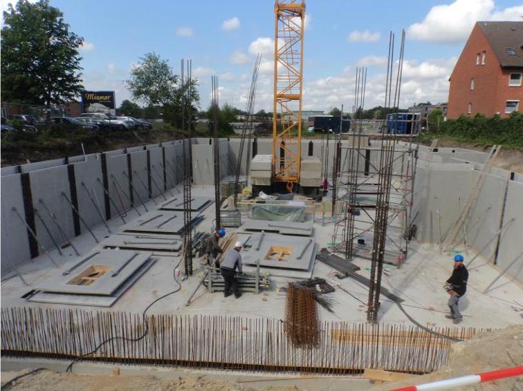 (Di, 9. Juni 2015) Beton ist ausgehärtet und Streben werden installiert.