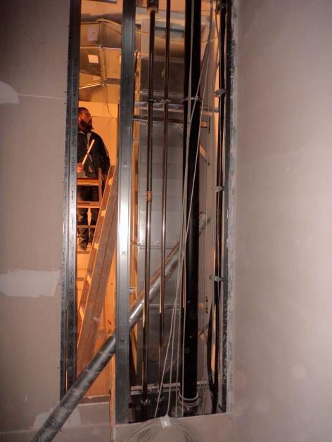 (24.11.2015) Treppenhaus: Die Rohinstallation H-L-S schreitet fort.