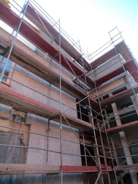 (27.10.2015) An der Nordseite ist im hinteren Bereich der Armierungsputz aufgebracht, im vorderen Bereich ist die Fassade gedämmt.
