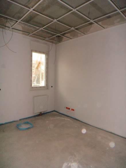 (24.11.2015) 1.OG: Nutzungsbereich Orthoclinic. Die Rasterdecken sind abgehängt. Die Wände werden geweißt.