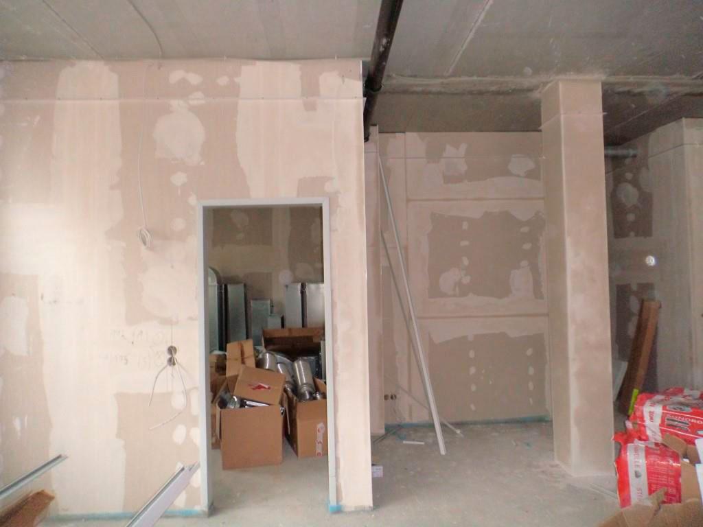 (24.11.2015) EG Mietbereich Sanitätshaus: Der Estrich ist eingebaut. Die Trockenbauarbeiten sind fertig gestellt.