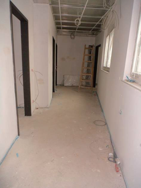(24.11.2015) Staffelgeschoss. Der Estrich ist eingebaut. Die Wände sind gespachtelt. Die Deckenunterkonstruktion ist montiert.
