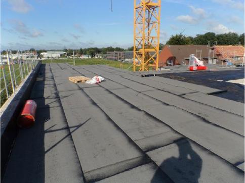 (08.09.2015) Dachfläche über Staffelgeschoss: Die Dampfbremse ist zu 65 % aufgebracht.