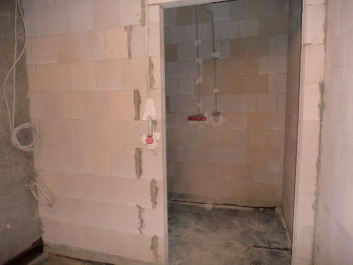 (10.11.2015) Die massiven Wände sind für den Innenputz vorbereitet. Die Rohinstallation Elektro ist fertig gestellt.