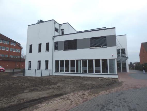 (11.03.2016) Fassade West mit Zaunanlage, Fahrradstellplätzen und Parkplätzen