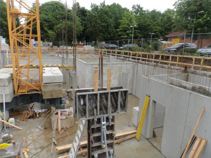 (23.06.2015) Mit der Unterkonstruktion für die Decke über UG ist begonnen.