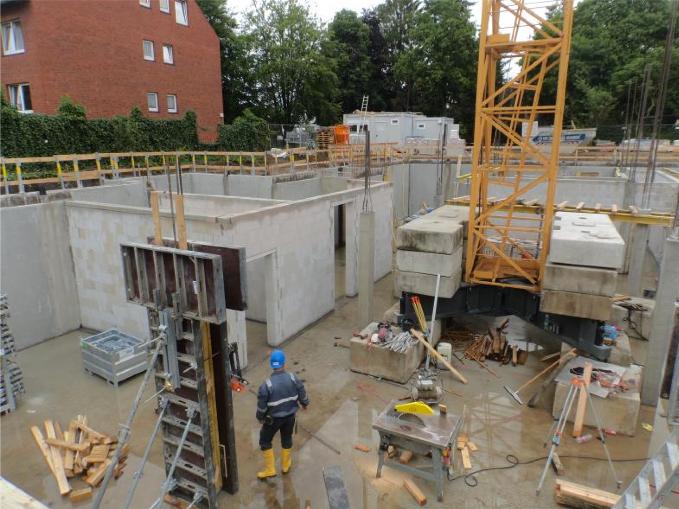 (23.06.2015) Das Innenmauerwerk aus Kalksandstein ist zu 80% fertig gestellt.
