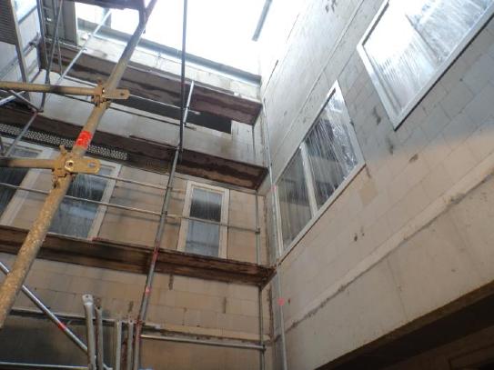 (22.09.2015) Die Fenster im Inne nhof sind montiert.