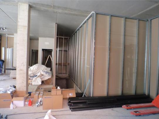 (08.09.2015) Sanitätshaus: Die Trockenbauarbeiten laufen. Die Wände sind einseitig beplankt.