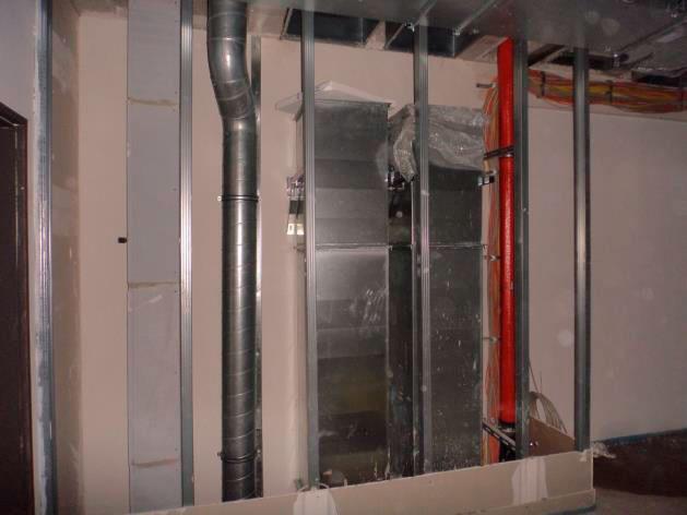 (24.11.2015) Staffelgeschoss. Die Rohinstallation der Lüftungsanlage ist fertig gestellt. Die Decken werden abgehängt.