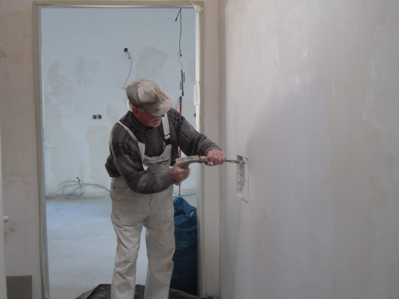 Die Wand wird für den Jahresstein präpariert