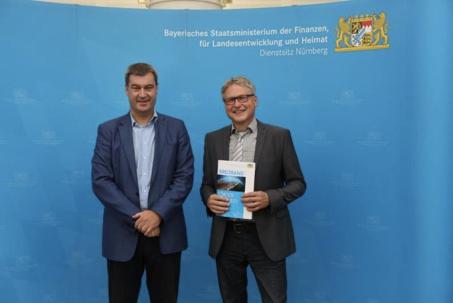 Der Zuwendungsbescheid für die Breitbandförderung wurde am 17.07.2017 in Nürnberg von Minister Söder übergeben.