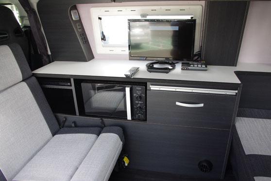 ハイエースでオーダー製キャンピングカーを製作し、釣りも車中泊も楽しめる内装になりました。