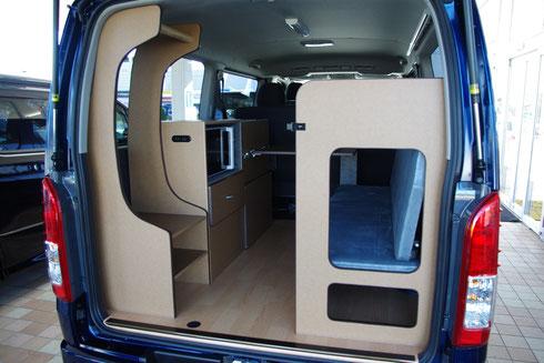 ハイエースにオーダー製作で片面二段ベッドを製作して、自転車と車中泊を楽しむことができる内装に仕上げました。