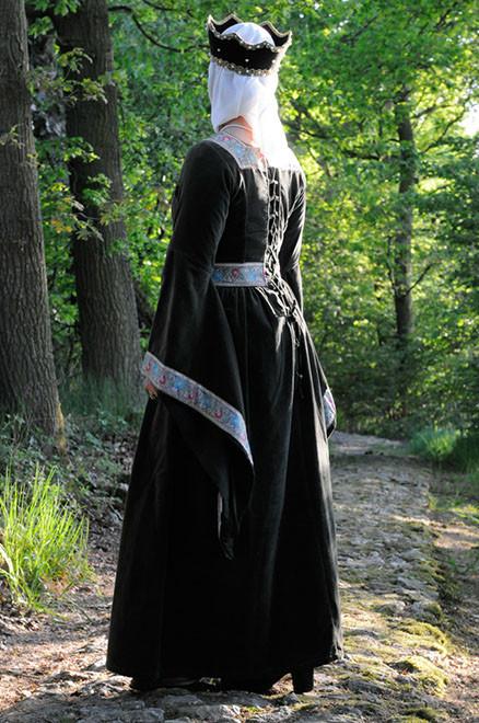 Das Kleid hat eine Rückenschnürung