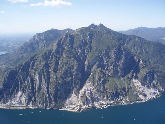 il versante est che si tuffa nel lago di Como