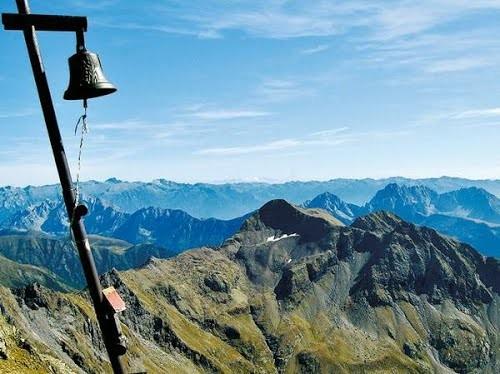 la campana sulla cima del Pizzo Tre Confini