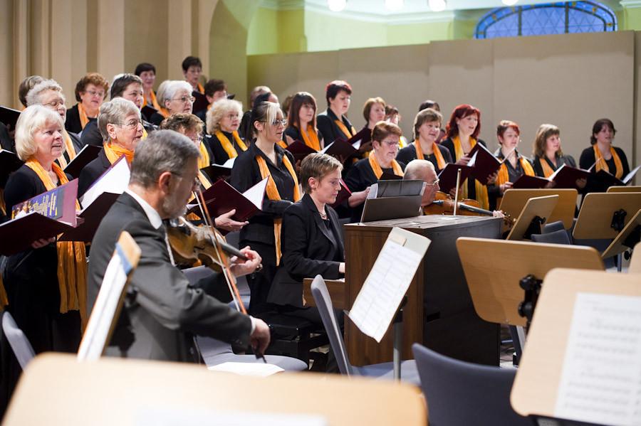 Almut Reichel an der Orgel
