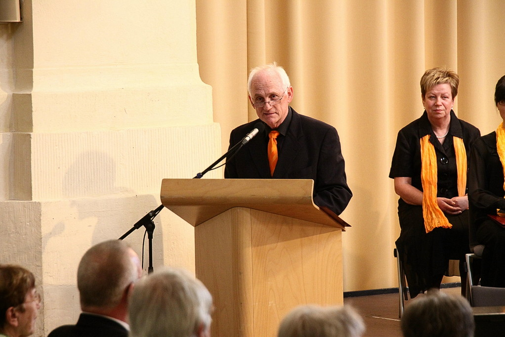 Gründungsmitglied/Vereinsvorsitzender Dr. Hans Krämer liest die Festrede