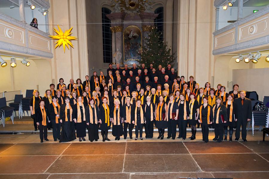 Nach dem Konzert - die SängerInnen des Stadtchores Freiberg e.V. mit ihrem Leiter Peter Rülke (vorn rechts im Bild)